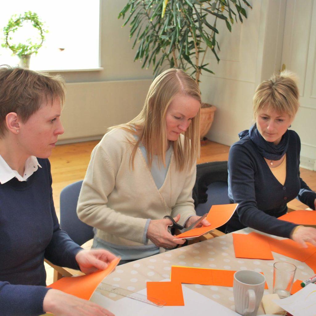 Lean Ledergruppen træner flow i productionen gennem et Leanspil udviklet af Lean Farming
