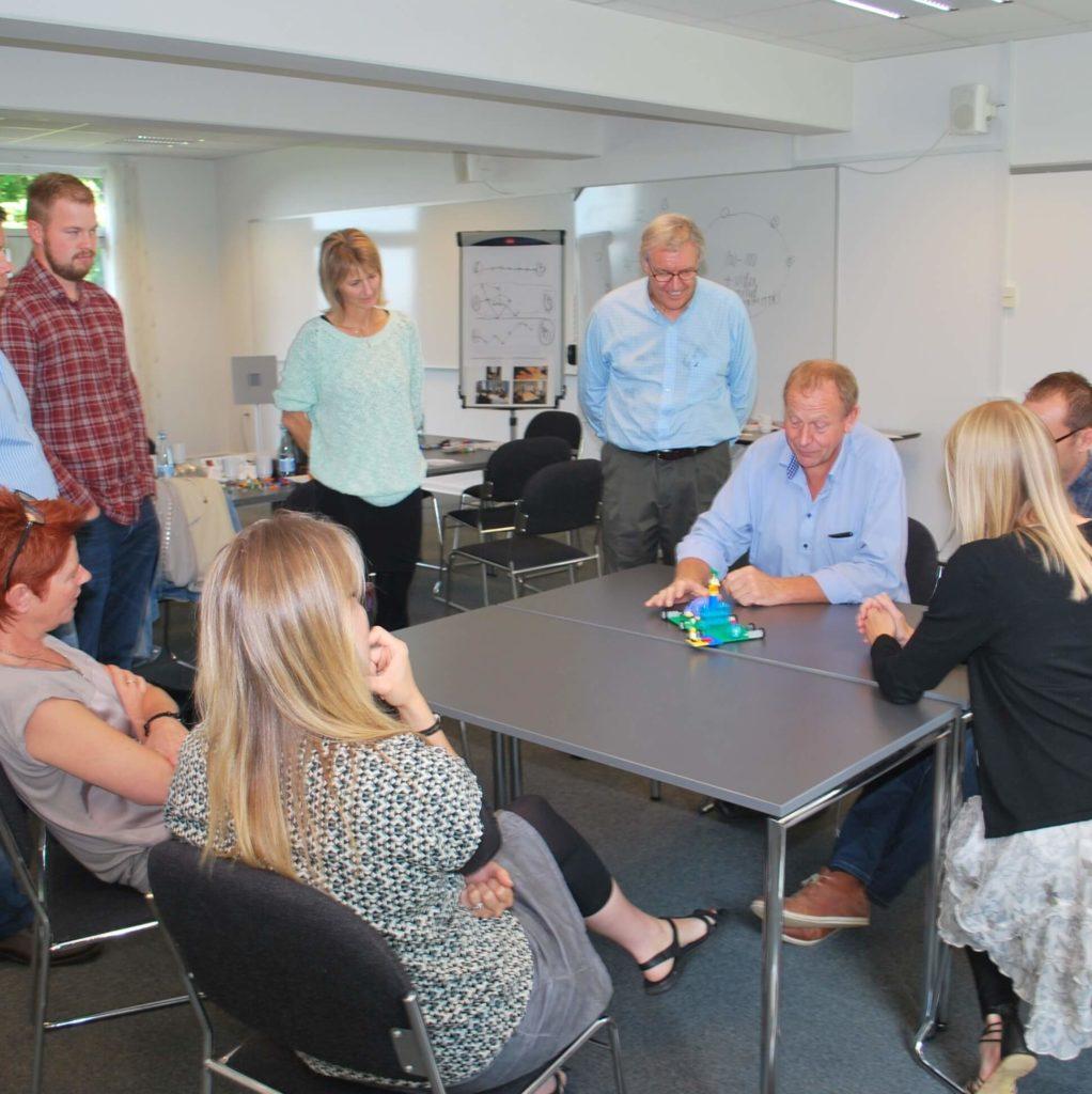 I Fokusgruppe Lean Ledelse arbejder vi med forskellige emner og metoder. Her er det med Lego Serious Play, som kan bruges til både teambuilding og personlig udvikling